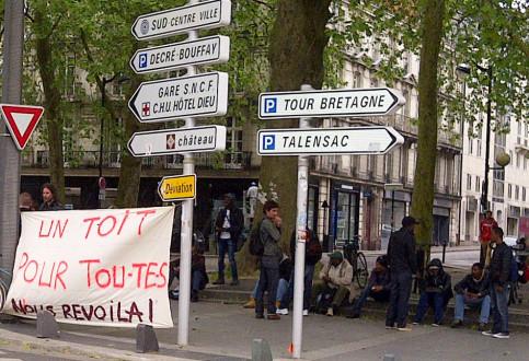 Après l'évacuation, une petite manifestation a temporairement bloqué la circulation devant la préfecture de Loire-Atlantique.