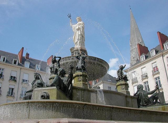 Nantes. Il escalade la fontaine de la place Royale en criant «<em>Allahu Akbar</em>»