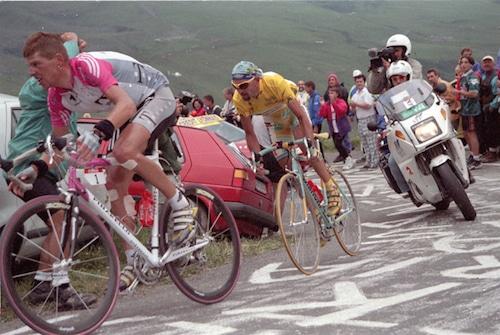 Etapes, de Richard Moore : plongée dans ces journées qui ont fait l'histoire du Tour de France.