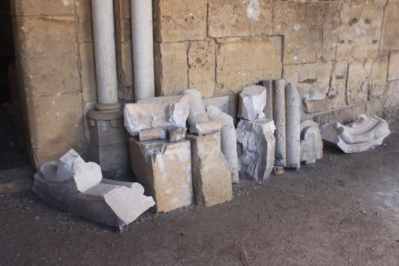 Le krak des chevaliers . Ce sont les pierres que les djihadistes arrache du monument pour les revende au marché noir, ils n'ont pas eu le temps d'emporter celles-ci quand il se sont fait chassés du ce lieu par l'armée du gouvernement.