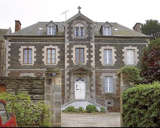 Accueil d'immigrés à Châteaugiron. Débat autour du presbytère