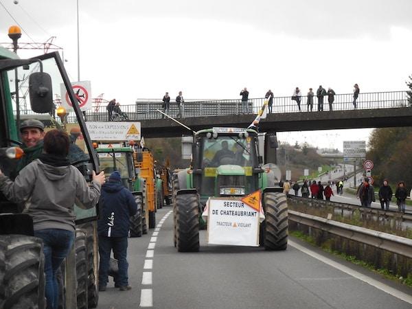 Manifestation contre l'aéroport de N-D-des Landes : 80 tracteurs bloquent toujours le pont de Cheviré