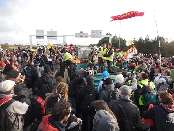 Notre-Dame-des-Landes. 20 000 manifestants et 450 tracteurs ont encerclé Nantes