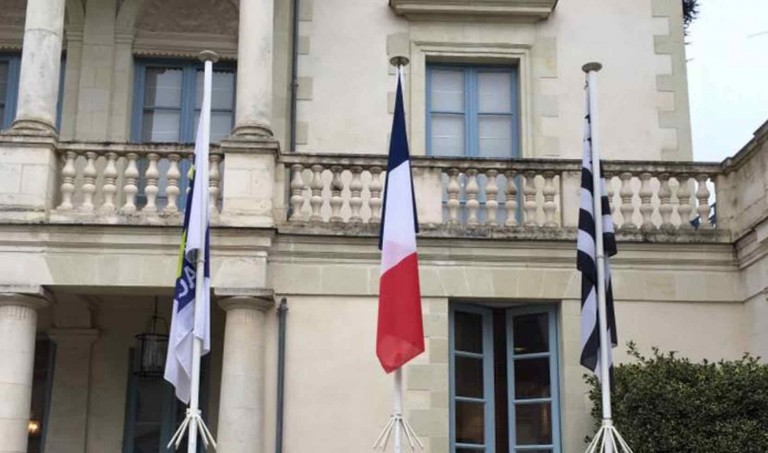 Région Bretagne. Le groupe FN demande à remettre le drapeau français au centre