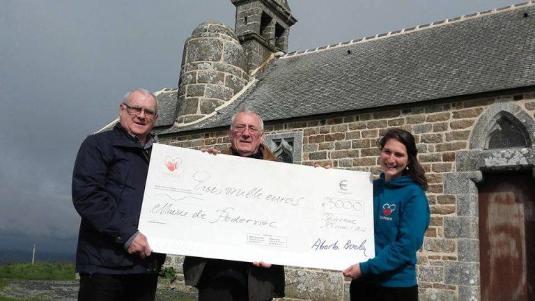 Pedernec (22). L'association Caridad a remis un chèque pour la rénovation des cloches de la chapelle Saint-Hervé