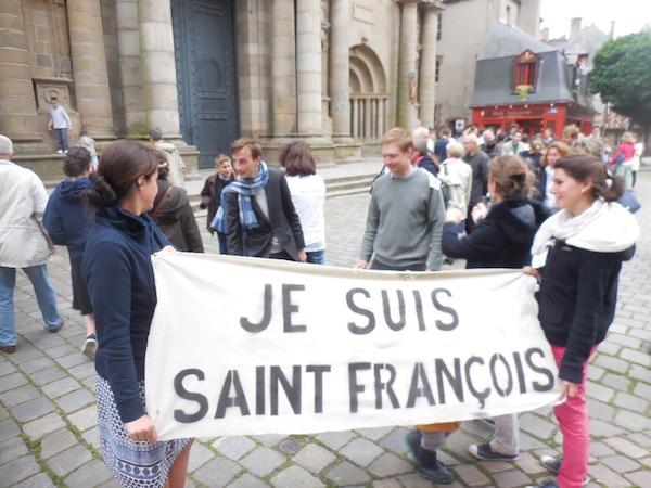 Chapelle Saint-François à Rennes : les fidèles prient devant la cathédrale