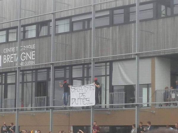 Une banderole anti islamistes déployée pendant le match Rennes – Guingamp