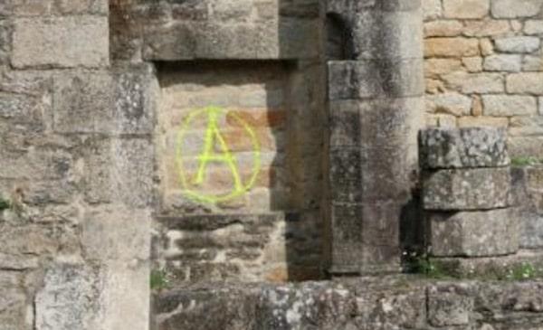 Pont Labbé. Des tags anarchistes sur l'église de Lambour