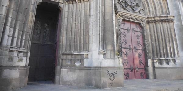 Nantes. Tags anarchistes sur l'église Saint-Clément