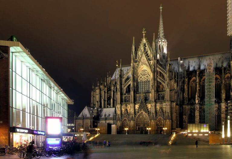 Cologne. La police évite le pire, l'extrême-gauche polémique
