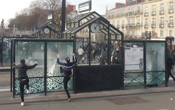nantes ultra gauchistes et bandes des quartiers sensibles saccagent le centre ville. Black Bedroom Furniture Sets. Home Design Ideas