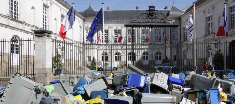 Nantes. Un tas d'ordures devant la mairie mais pas de dialogue