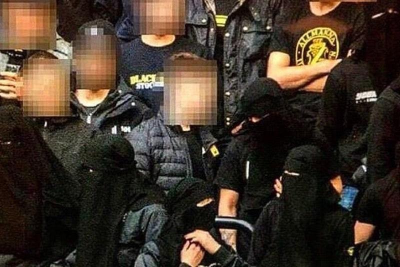 Su de pour protester contre l 39 interdiction de se masquer for Se portent pour saluer