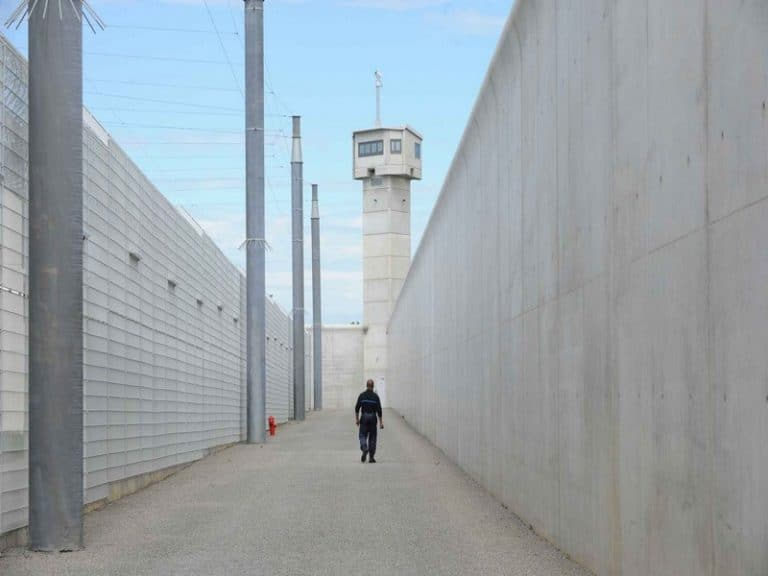 Nantes : 11 téléphones, 100 grammes de drogue et 1 couteau lancés par-dessus les murs de la maison d'arrêt