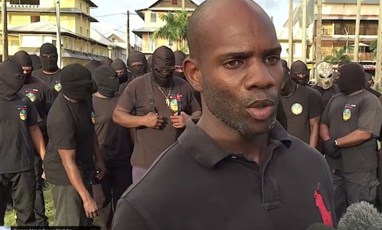 Contre l'immigration en Guyane, des manifestants bloquent la Préfecture