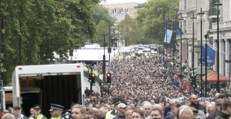 Londres. Des dizaines de milliers de manifestants contre l'extrémisme – le parti pris de la BBC démasqué [vidéo]