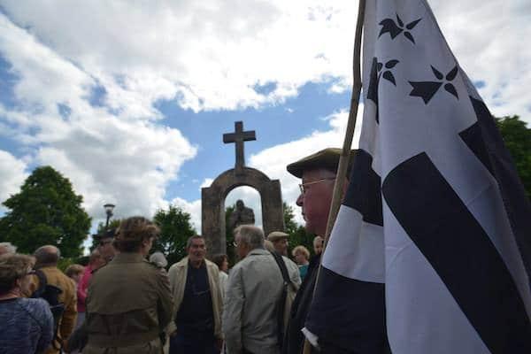 Croix du Pape retirée à Ploërmel : les réactions se multiplient en Bretagne et ailleurs