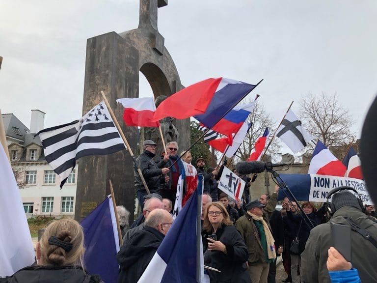 Ploërmel. 350 manifestants pour défendre la statue du Pape et l'identité chrétienne. Reportage vidéo