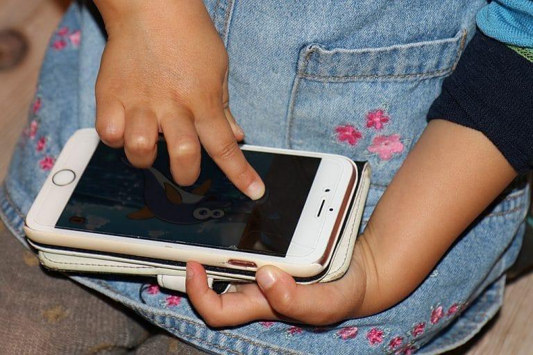 Santé. Le téléphone portable bientôt interdit aux enfants ?