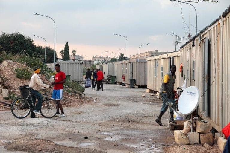 Alpha, « migrant » d'Afrique : « il y en a des millions comme moi qui veulent venir » [Interview]
