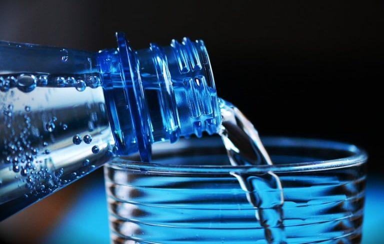 Santé. Boire de l'eau en bouteille en avalant du plastique ?