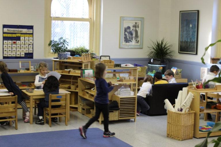 Montessori pour les 0-3 ans : le guide indispensable