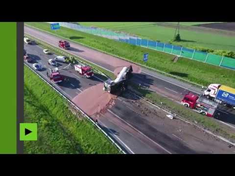 Pologne : une autoroute inondée de chocolat