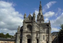 799px-Basilique_Sainte-Anne_d'Auray_(extérieur)