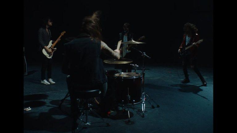 « All Good People » : le groupe rock Allusondrugs devient Allusinlove [Vidéo]