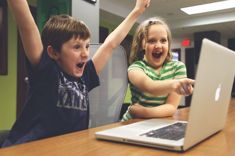 Ces parents qui exposent leurs enfants sur les réseaux sociaux et qui font le jeu des GAFA