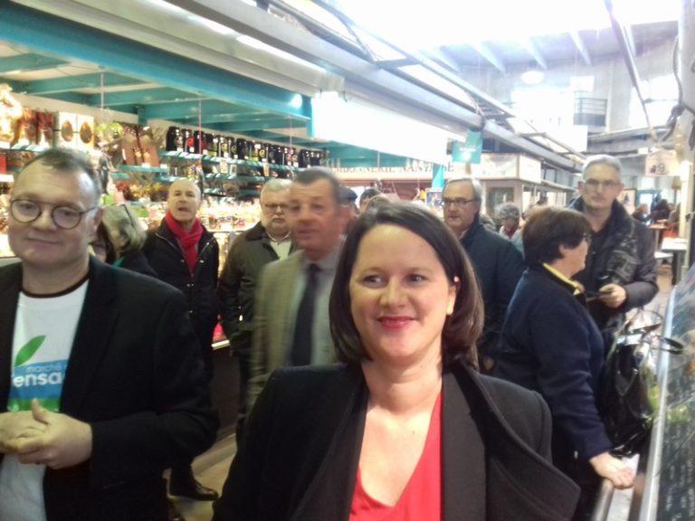 Nantes. Johanna Rolland inaugure le marché du jeudi soir à Talensac… avec des chips au buffet