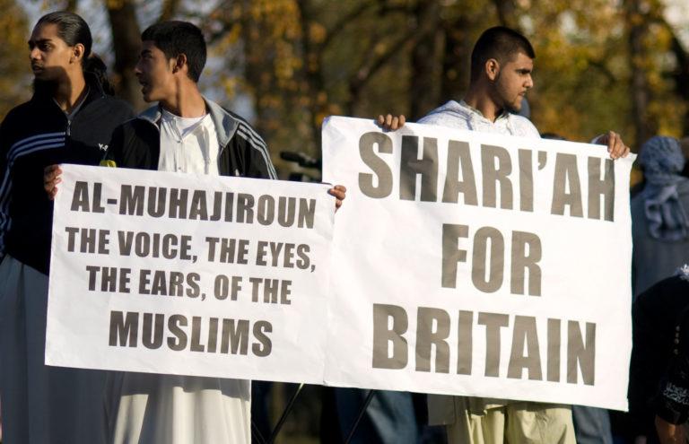 Islamisation du Royaume-Uni. Un professeur suspendu menacé et traqué sous la pression musulmane pour avoir montré une caricature de Mahomet
