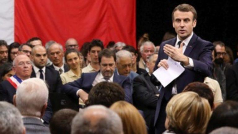 Arrivée de Emmanuel Macron aux assises (très convenues) des maires de Bretagne [Vidéo, en direct]