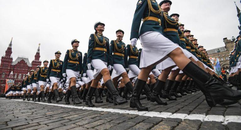 Russie. L'élégance féminine à l'honneur lors du défilé de la victoire [Vidéo]