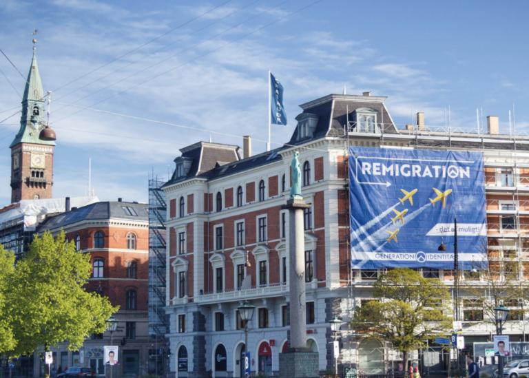 Immigration au Danemark. Une bannière géante invitant à la « Remigration » accrochée à la façade d'un immeuble de Copenhague