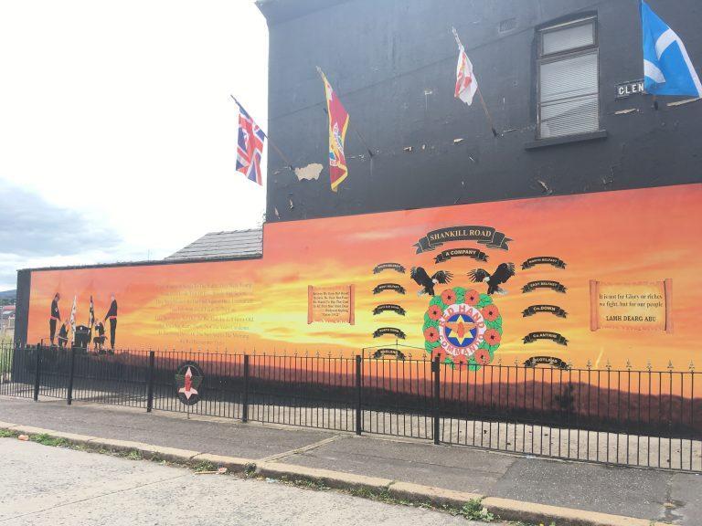 Irlande du Nord. Les drapeaux paramilitaires bientôt retirés des rues de Belfast ?