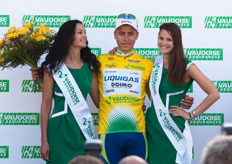 Tour de France : à défaut d'y monter, les féministes s'en prennent aux hôtesses du podium