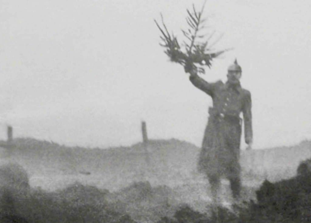 Officier allemand portant un sapin de Noël
