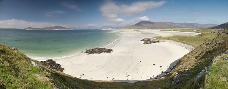 Na h-Eileanan Siar / îles Hébrides extérieures d'Écosse. Le gaélique devient la première langue à l'école