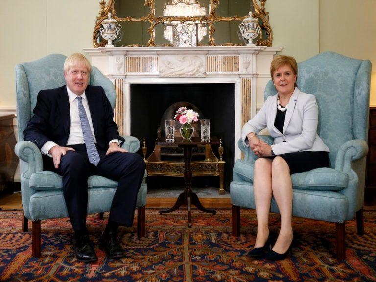 Nicola Sturgeon et Boris Johnson ne partiront pas en vacances ensemble [ L'Agora]