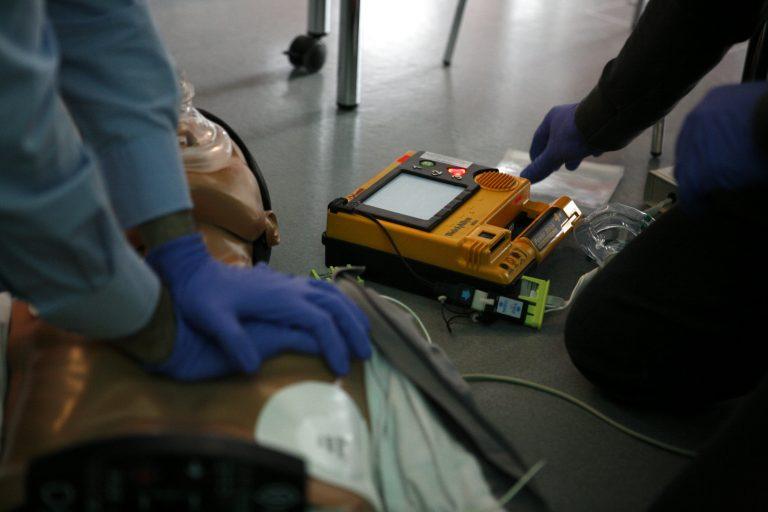 Châteaulin s'équipe de défibrillateurs. Mode d'emploi pour intervenir en cas d'arrêt cardiaque