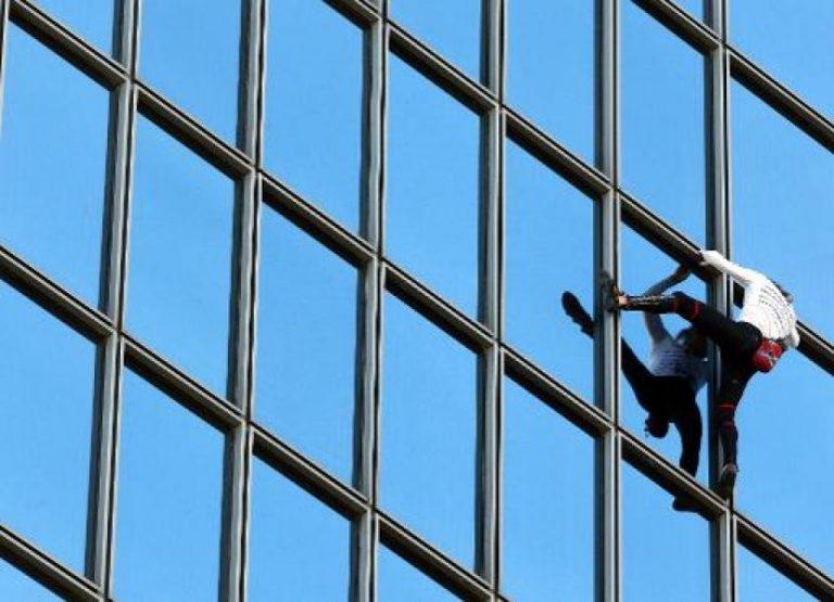 Le «Spiderman français» Alain Robert escalade la tour Total de La Défense en soutien aux grévistes