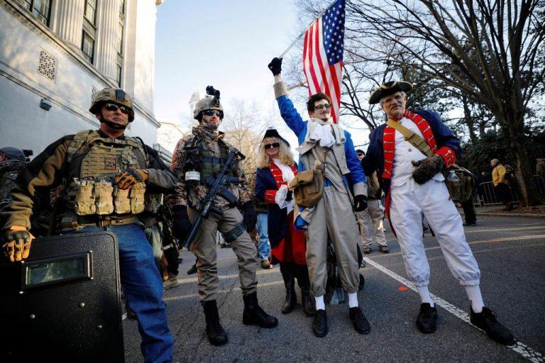 Les Américains manifestent armes à la main pour défendre le deuxième amendement