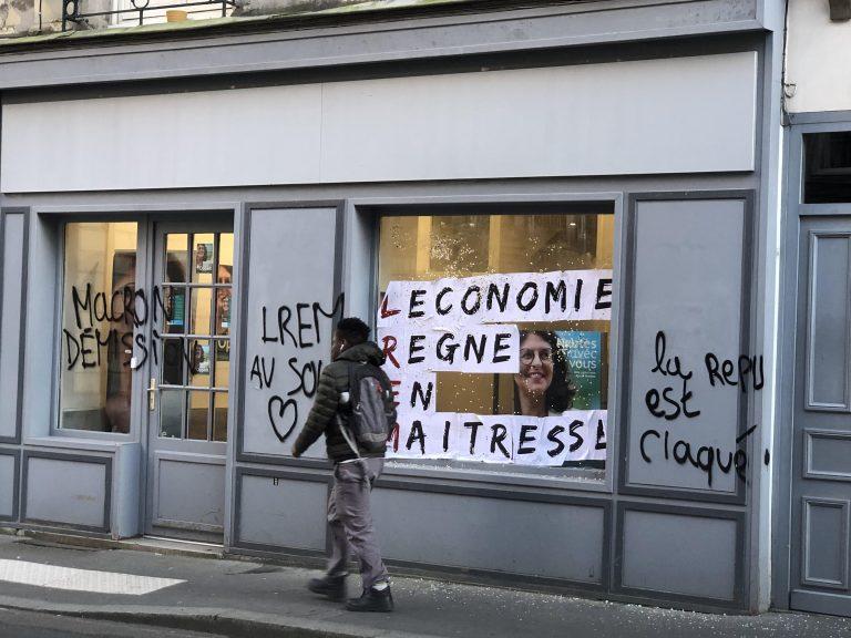 Nantes. 3 000 manifestants contre les retraites, la permanence de Valérie Oppelt (LREM) attaquée