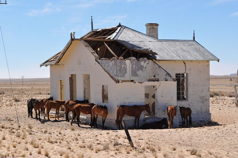 Graffitis sur un monument historique : la Namibie furieuse contre des touristes français