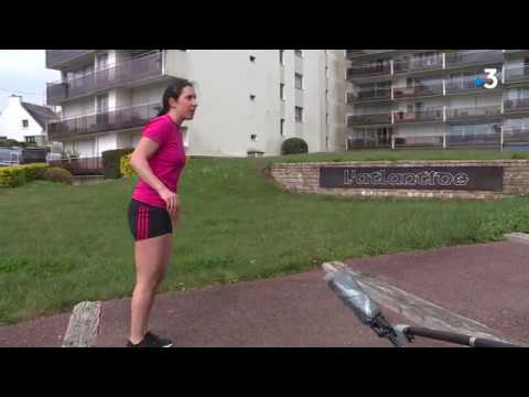 A Concarneau, cours de gym au balcon, histoire de se bouger un peu pendant le confinement