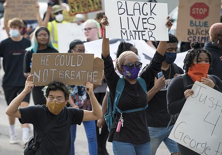 Désintox. Aux USA, les Noirs ont 23,5% de risques en moins d'être abattus par la police que les Blancs
