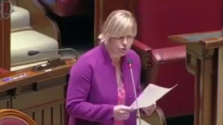 La députée Sara Cunial accuse Bill Gates de «Crime contre l'Humanité» et demande son arrestation