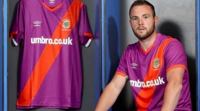 En Irlande du Nord, un nouveau maillot extérieur de Linfield FC controversé