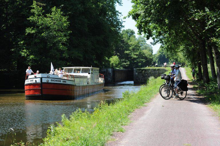 La péniche Duchesse Anne, un office de tourisme flottant en Bretagne, sur le canal de Nantes à Brest